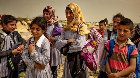 Nura (en el centro) recorre cada día, junto con otros niños beduinos, una gran distancia para ir desde la aldea en la que vive hasta el colegio de Nabi Saleh.