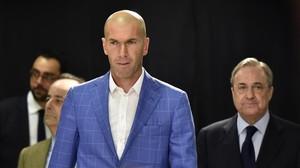 El nuevo técnico blanco, Zinedine Zidane, delante de Florentino Pérez.