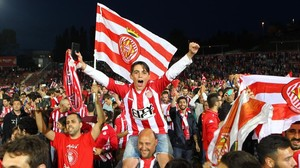 Aficionados del Girona celebrando el ascenso sobre el césped de Montilivi.