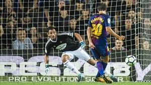 Sergi Roberto engaña al portero en el segundo gol del Barça ante el Betis.