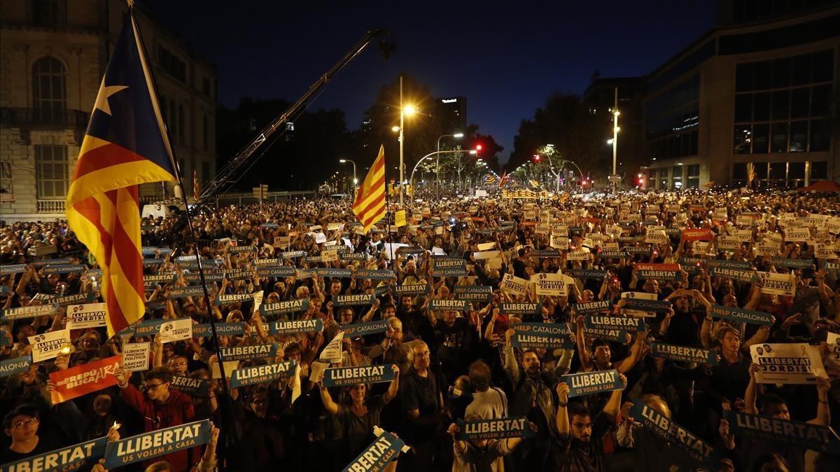 La manifestación en apoyo a Jordi Sànchez y Jordi Cuixart en la Diagonal de Barcelona.