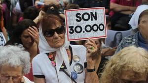 mbenach41129514 arg13 buenos aires argentina 29 11 2017 una mujer sost171130185503