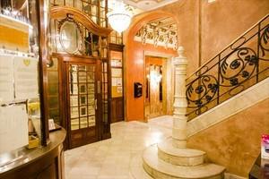 Vestíbulo y ascensor del Hotel Nouvel, ubicado en el número 20 de la calle de Santa Anna.