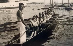 Guillermina Guillén, la abuela de la escritora (la primera remera),participa en una regata.