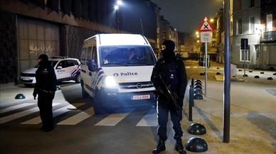 Agentes de policía belgas montan guardia durante una operación de seguridad en el distrito de Molenbeek, en Bruselas, el 18 de marzo del 2016.