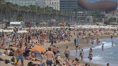 Las playas de Barcelona ganan espacio al reducir las hamacas