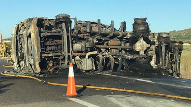 Tallada l'AP-7 a Freginals per l'incendi d'un camió
