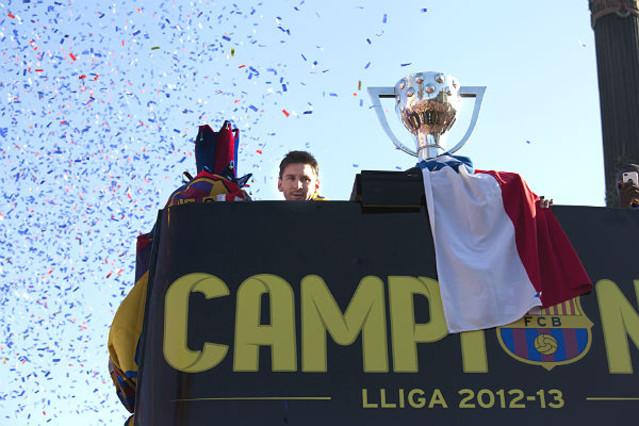 Messi disfrutando dela rúa, al lado de la copa.