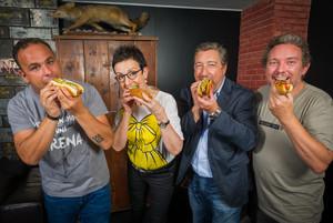 Ángel León, Carme Ruscalleda, Joan Roca y Albert Adrià, con sus 'hot dogs' en la coctelería efímera de Please Don't Tell que se ha montado este mes en el hotel Mandarin Oriental de Barcelona.