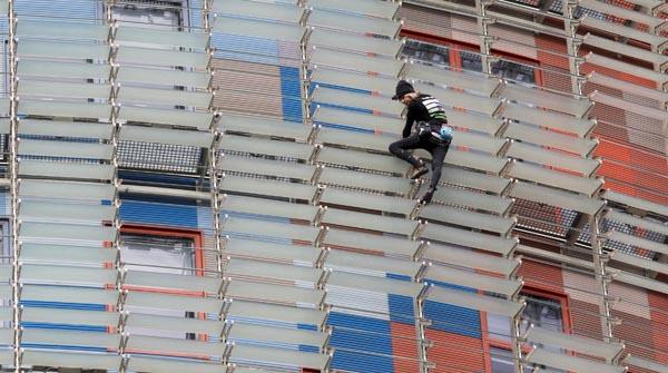 L'Spiderman francès torna a conquistar la torre Agbar