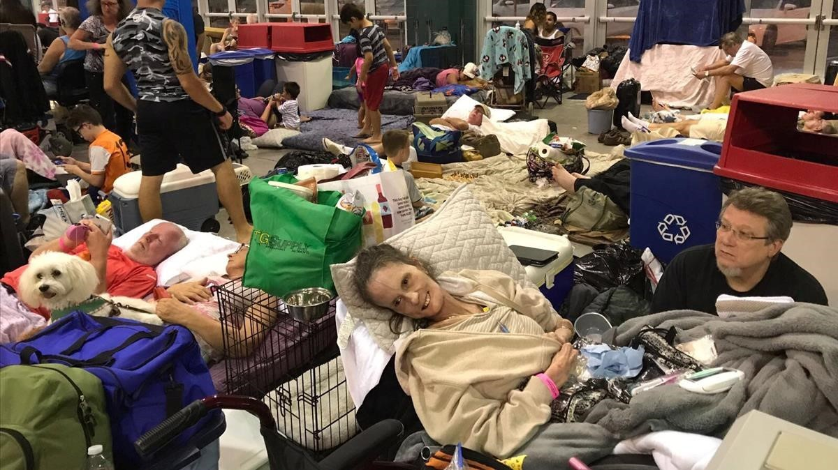 Sheryl y Rick Estes, dos de los ciudadanos que se han refugiado en el Germain Arena en Estero, Florida, por el paso del 'Irma'.