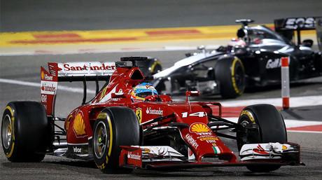 El monoplaza de Fernando Alonso, seguido del McLaren de Jenson Button, durante una carrera esta temporada