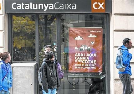 Ofertas de crédito al consumo en una oficina de CatalunyaCaixa de Barcelona.