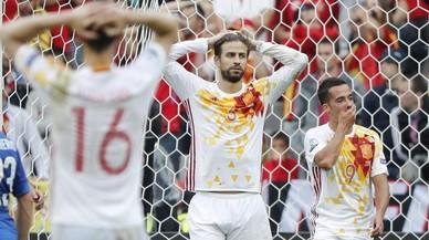 Juanfran, de espaldas, Piqué y Lucas Vázquez se lamentan tras una jugada en el partido ante Italia.