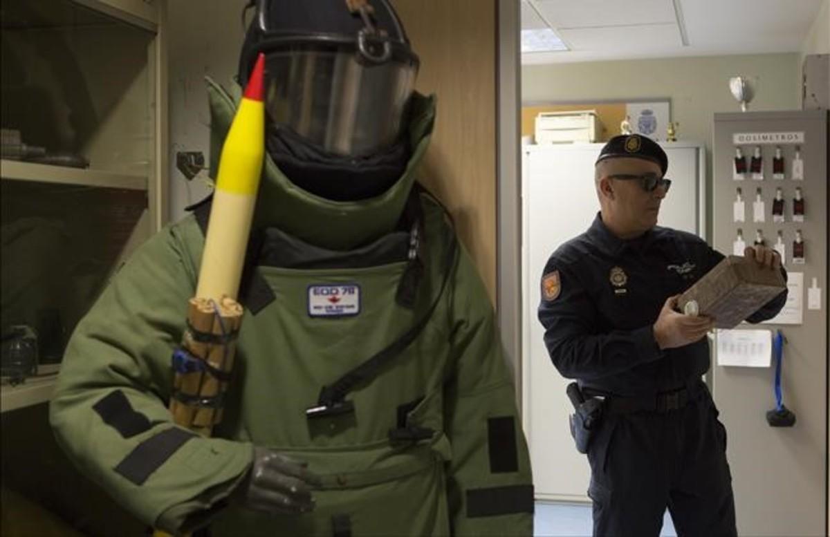 Un tipo corriente frente a una bomba