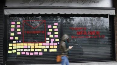 Els crítics del PSOE esborren de l'aparador de la seva seu les sigles del partit