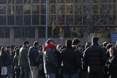 Funcionaris de presons bloquegen el carrer Aragó de Barcelona aquest matí.