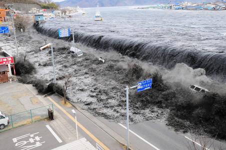 L'ONADA ASSOLA MIYAKO. El poble costaner de la regió de Heigawa va desaparèixer sota les aigües, l'11 de març. (AP / MAINICHI SHUMBUN