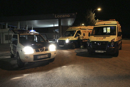 Dos ambulancias y un veh�culo de la Guardia Civil, anoche, en El Salobral.