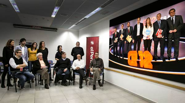 Un grupo de lectores de EL PERIÓDICO siguió el duelo de los presidenciables en la redacción junto al director del diario, Enric Hernández y los analistas Gutiérrez-Rubí, Coll, Tàpia y Barril.