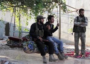 Combatientes del ESL se toman un respiro en Kafr Naboudeh, en la provincia siria de Hama, ayer
