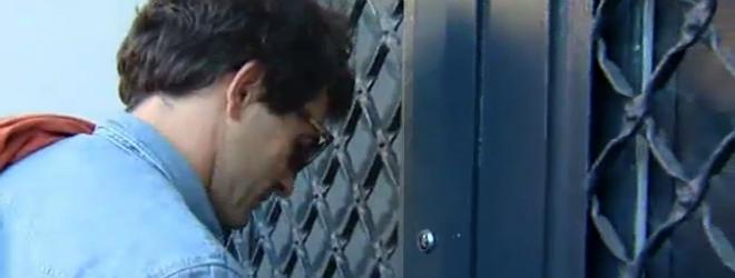 Oleguer Pujol, ayer, entra en su casa tras negarse a declarar en comisar�a.