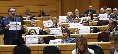 """Los senadores de CiU protestan con carteles: """"Jo m'autoinculpo 9-N"""""""