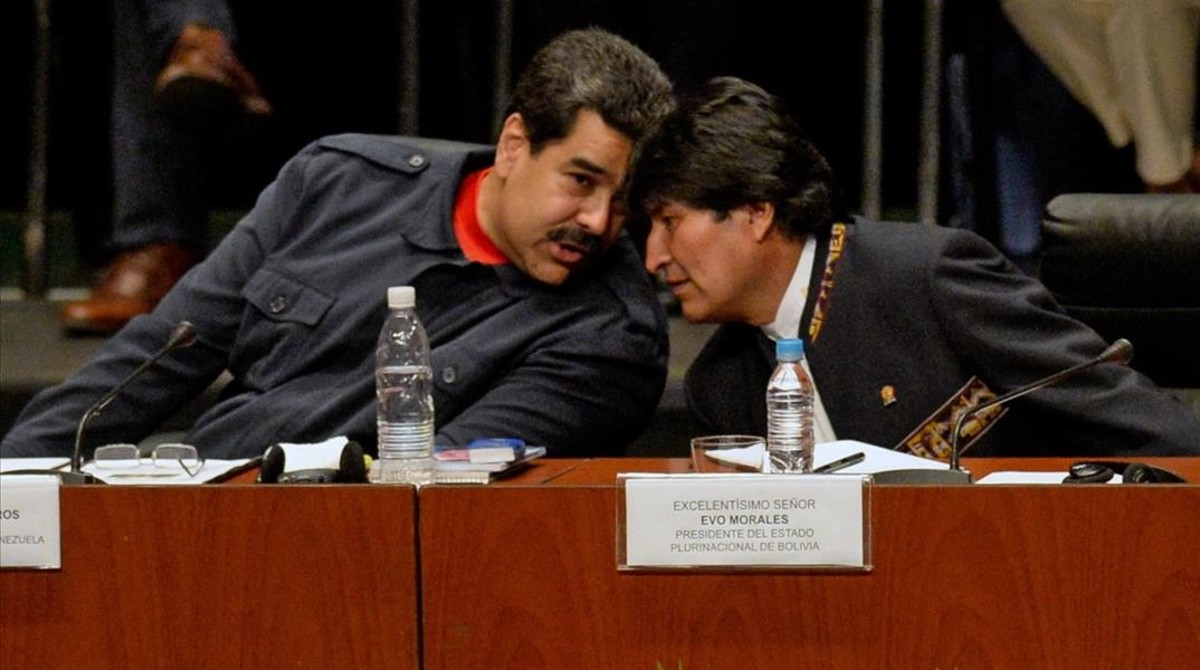 Maduro (izquierda) habla con el presidente de Bolivia, Evo Morales, en Caracas, el 5 de marzo.