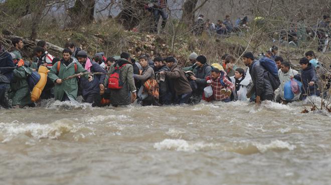 Centenares de refugiados inician a pie una ruta alternativa a través de montañas y ríos para cruzar a Macedonia
