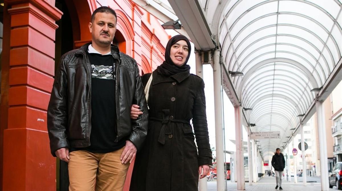 Saad Alahmad y su prometida marroquí, Mariam El Amrani, en Sabadell, este jueves.