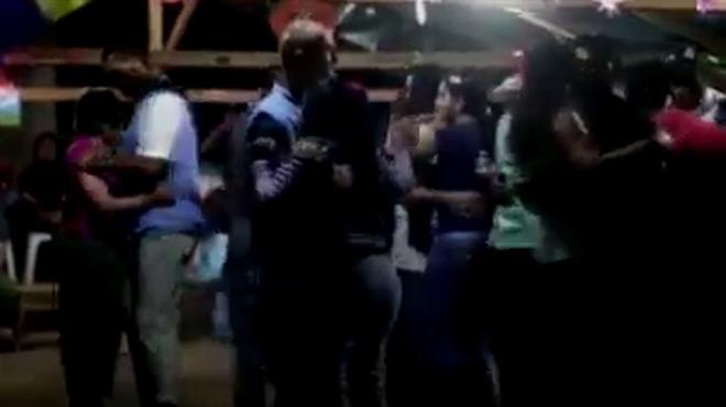 Observadors de la missió de lONU a Colòmbia ballen amb guerrilleres de les FARC per Cap dAny