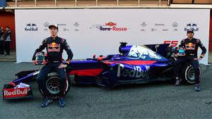 La escudería Toro Rosso al completo con Daniil Kvyat y Carlos Sainz.