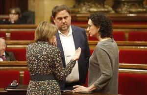Marta Rovira (derecha) habla con Oriol Junqueras y Carme Forcadell, en el Parlament.