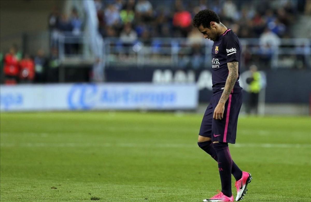 Neymar abandona el terreno de juego de La Rosaleda tras ser expulsado.
