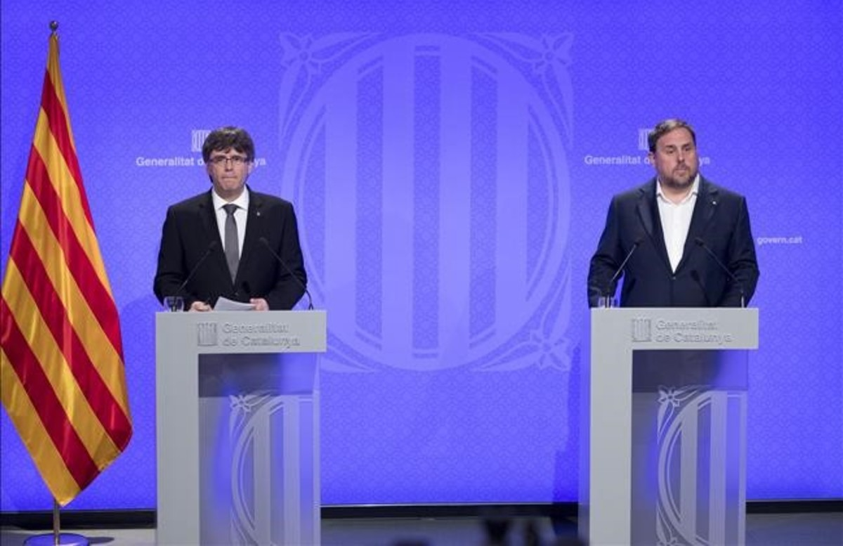 Carles Puigdemont y Oriol Junqueras, en la rueda de prensa en la que se anunciaron los últimos cambios en el Govern.