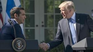 Trump (derecha) estrecha la mano al primer ministro griego, Alexis Tsipras, en los jardines de la Casa Blanca, el 17 de octubre.