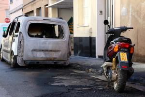 Un coche y una moto quemados en Sabadell.