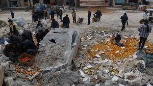 zentauroepp41102161 people collect scattered oranges amidst rubble after an airs171127181624