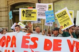 Concentración de afectados por las cláusulas suelo ante la sede <br/>de la Delegación de la Comisión Europea en Barcelona, en el 2013.