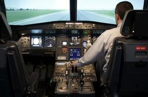 El interior de la cabina de un avión.