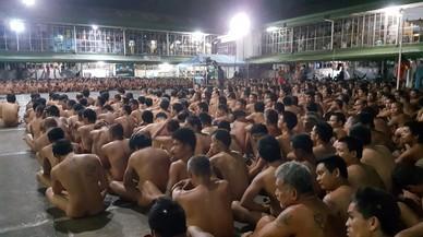 Estas fotos de cientos de presos obligados a desnudarse en una cárcel indignan a los filipinos