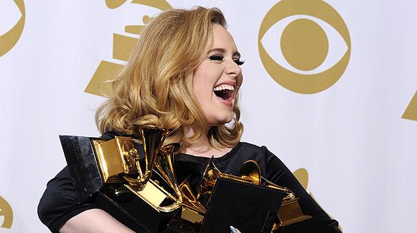 Adele arrasa en uns Grammy marcats per la mort de Whitney Houston
