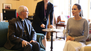 Angelina Jolie y el arzobispo de Canterbury, Junstin Welby.