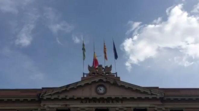 El Ayuntamiento de Sabadell retira la bandera española en protesta por la detención de la alcaldesa de Berga.
