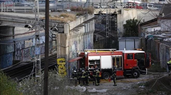 Bomberos trabajan en las v�as de la antigua estaci�n de Arc de Triomf donde se ha originado el incendio que afectado al servicio de Rodalies.