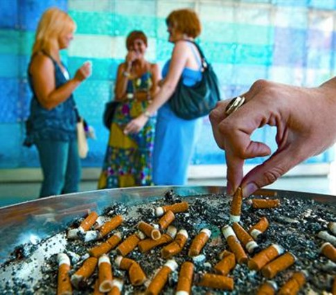 La llei del tabac a penes ha reduït la xifra d'addictes