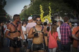 Dos participantes ataviados especialmente para la celebraci�n del d�a del orgullo gay en Barcelona.