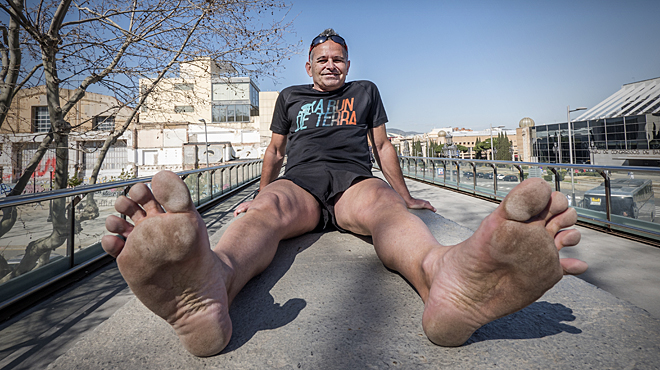 Enric corre maratón barcelona descalzo