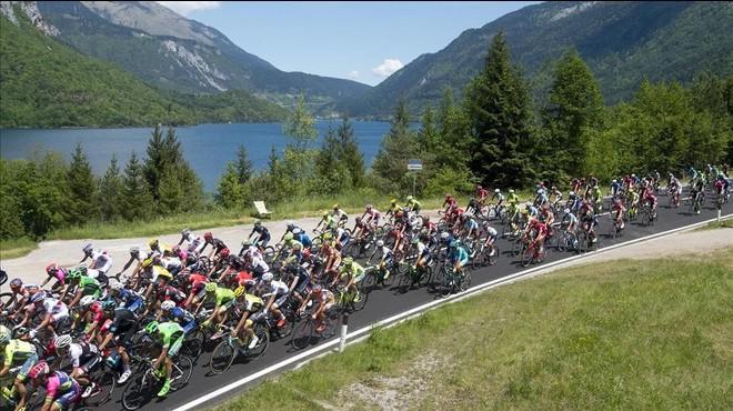 Imagen del pelot�n del Giro.