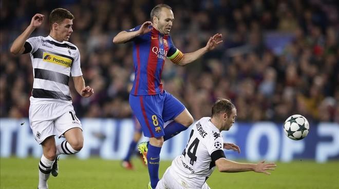 Iniesta evita a Jantschke, el jugador del Borussia, en el Camp Nou.